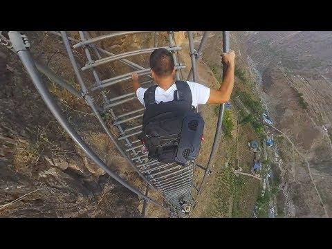"""【环华十年】攀爬中国大凉山的""""悬崖村""""天梯,悬崖落差近1000米,上去双腿直发颤"""