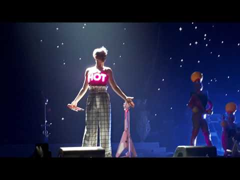 Katy Perry Speak French [Witness The Tour] - (Live In Paris 2018 )