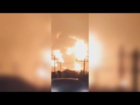Enorme incendio en una refinería de petróleo de Indonesia