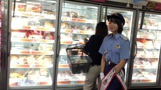 宮里莉羅一日警察署長による防犯パトロール。 イオンモール那覇の店内を...