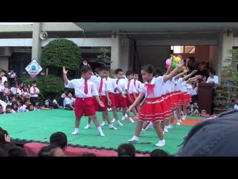 Khánh Uyên cùng lớp 2/8 múa  (Ngôi trường thân thiện )