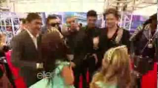 Sophia Grace & Rosie en los VMAs Entrevistan a Miley Cyrus