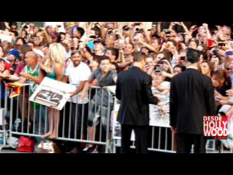 Van Damme hugs Stallone and signs Autographs (The Expendables 2 Hollywood Premiere)