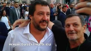 Matteo Salvini, selfie e abbracci