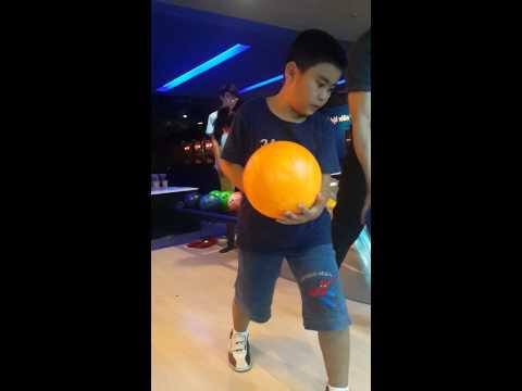 Bé Tuấn tập chơi bowling