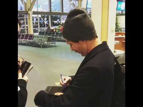 Game of Thrones star Aidan Gillen signing autographs at the Vancouver airport