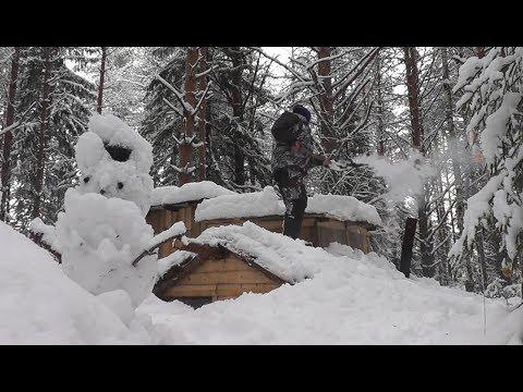 Один в ЛЕСУ! Жерлицедонки ставим БЛИЗ ЗЕМЛЯНКИ! Уборка снега в зимнем ЛЕСУ!