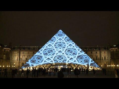 Des images du musée Abu Dhabi sur la pyramide du Louvre