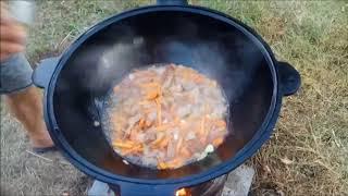 тушеная свинина с картошкой в казане на огне