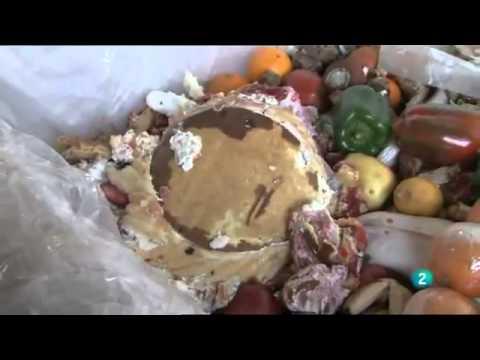 El escándalo del despilfarro alimentario y de tirar comida a la basura por negocio