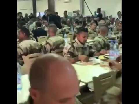 Emmanuel Macron dans un déjeuner avec les troupes  à Gao