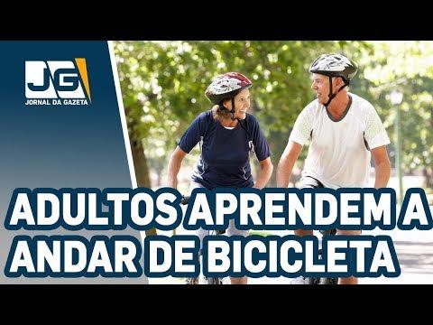 Adultos aprendem a andar de bicicleta