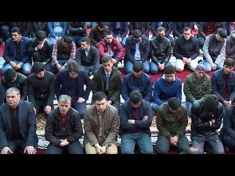 Пятничная молитва в Таджикистане. Мечеть продезинфицировали накануне