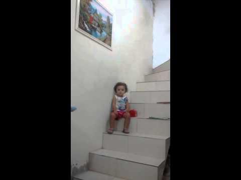 Menina discute com vov� e mam�e na escada .muito b
