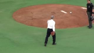NPB唯一の400勝投手、金田正一氏による始球式です。 両球団に縁がある同...