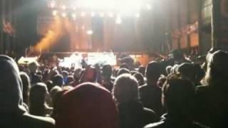 Steven Tyler (Aerosmith) se cae del escenario!