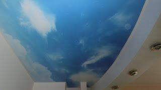 Натяжной потолок звездное небо с летящей кометой.