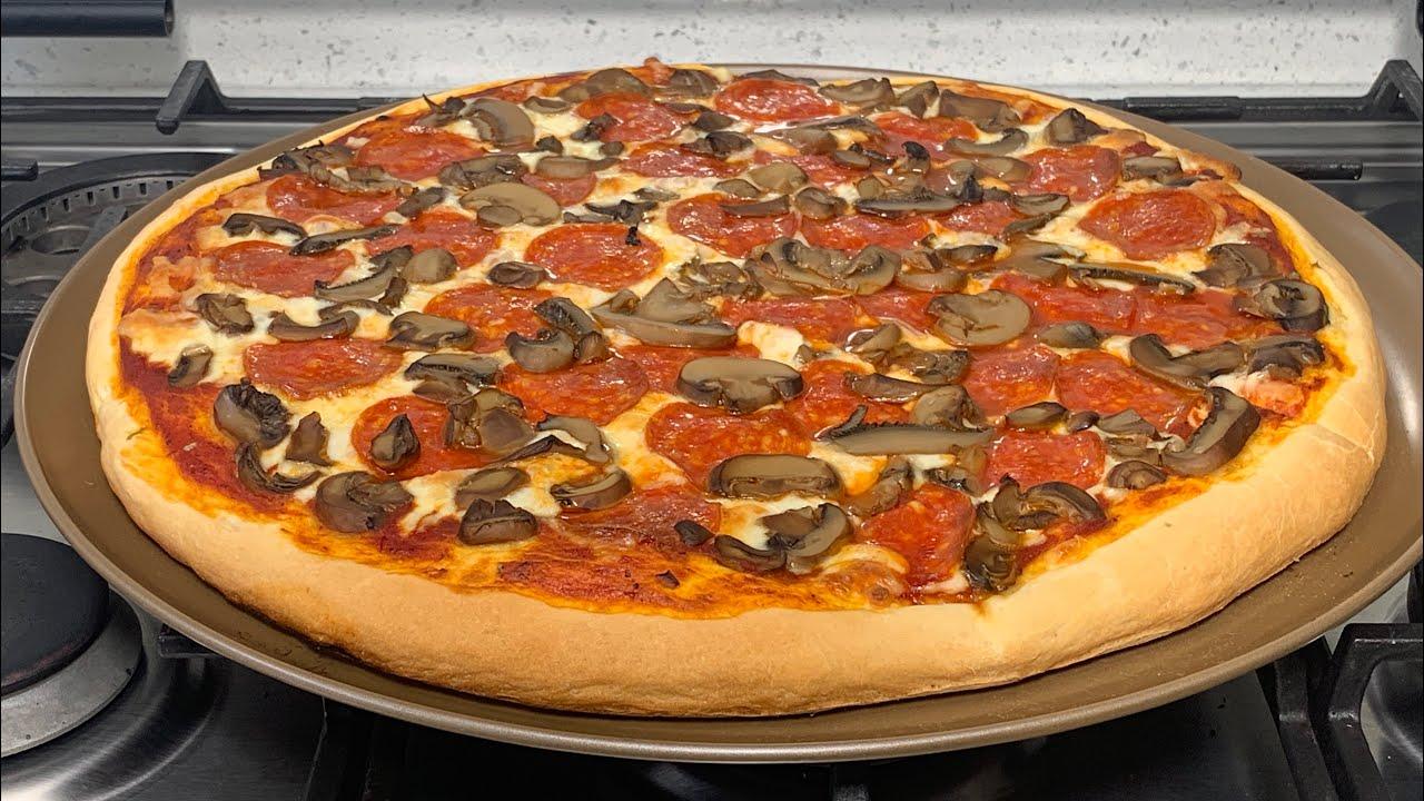 Pizza crujiente en el horno