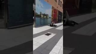 Polisen blir slagen av en kurd