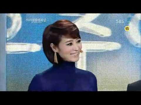 Soo Ae with Song Kang Ho presents Blue Dragon Awards 2011