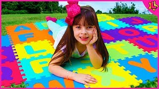 Laurinha aprendendo o ABC em inglês Vídeo educacional 🎓 learning ABC in English Educational Video