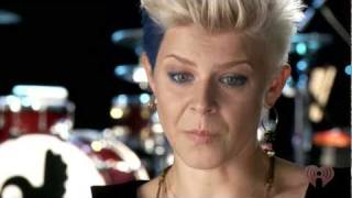 Robyn - Dancing On My Own (LIVE)