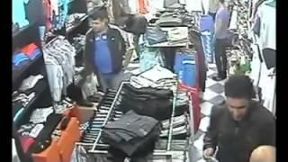 des voleurs en plein action dans un magasin de vetement a alger