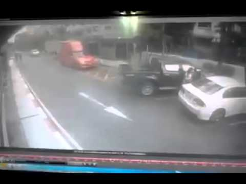 วินาที..สาวขับรถพุ่งชนตกลานจอดรถ ที่เดอะมอลบางกะปิ !!