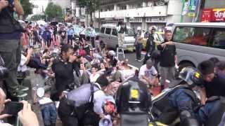 ヘイトデモに抗議して道路に座り込むカウンター・プロテスター達 - 2013.9.8 新宿・大久保通り