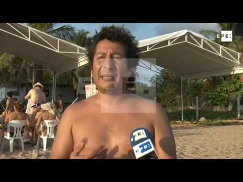 Miles de personas se destapan en el  Festival Nudista de playa mexicana Zipolite thumbnail
