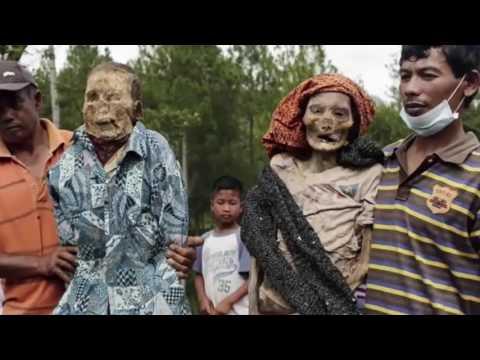 En Indonesia sacan a los muertos de las tumbas como ritual