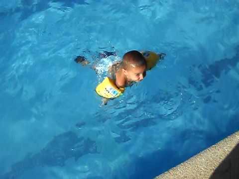 Ni o saltando en la piscina youtube for Piscina plastico ninos
