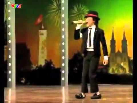 """Cậu bé 8 tuổi hát """"Chú ếch con"""" với vũ đạo Micheal Jackson cực dễ thương"""