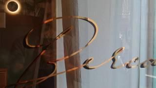 Décoration de lettres peintes en feuille d'or - Gold leaf windows