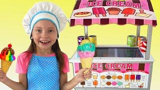 Алиса и папа играют в кафе мороженное