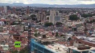 Una grúa se tambalea durante el terremoto en Colombia