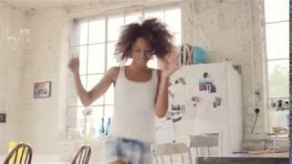 【MP4】あなたの会社名やロゴを女性がハッピーダンスで宣伝します。A