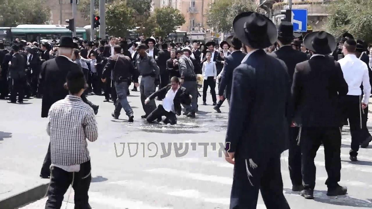 שוטרים משליכים מפגין במהלך הפגנת החרדים על מעצר עריק אל תוך בריכת בואש