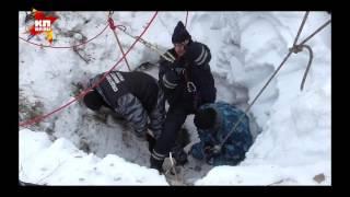 Спасатели достают тело школьницы