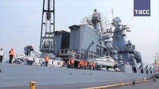 Ракетный крейсер  Варяг  и танкер  Печенга  в порту Джакарты в Индонезии