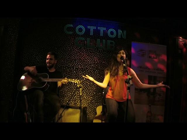 Marilia en directo en Cotton Club Bilbao -Mujer florero