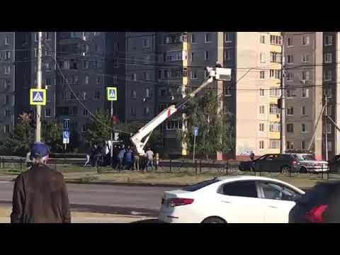 Пешеходы спасли автовышку от опрокидывания в Липецке.