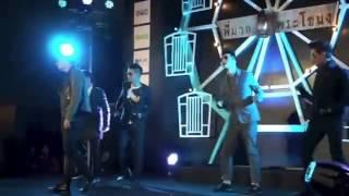 Happy Polla nhảy cùng với Bộ 5 Tình Người Duyên Ma trên sân khấu