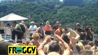 Kenny Chesney in Pittsburgh sings on the FROGGY boat!