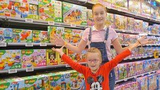 Саша и Богдана веселятся на празднике LEGO!