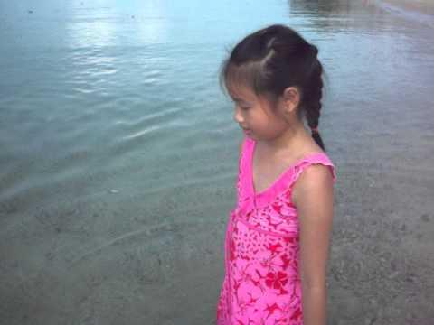 อั้มใส่ชุดว่ายน้ำเดินชายหาด