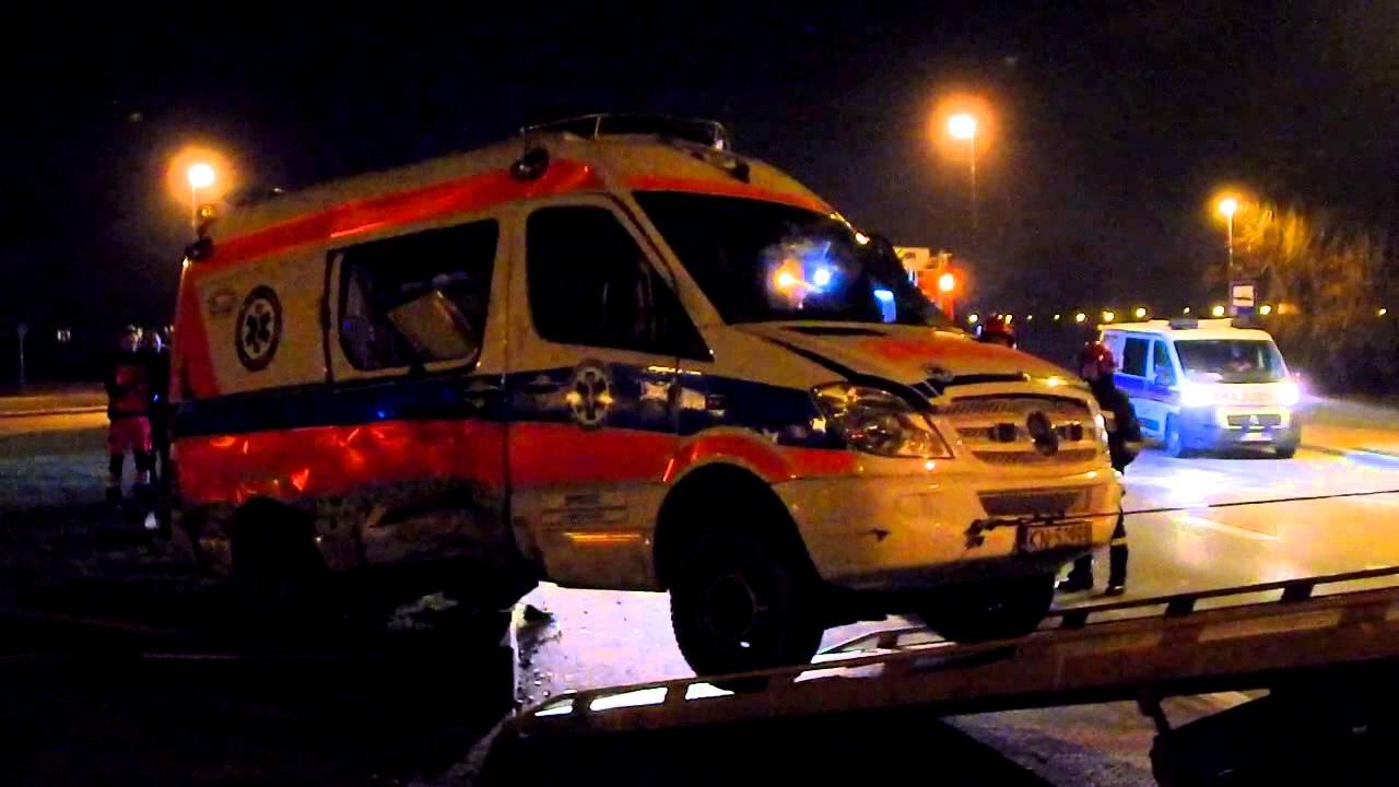 06.03.2016: Nowy Sącz, – zderzenie samochodu osobowego i karetki Pogotowia