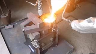 Pouring for R&D@Kimura Foundry 溶かした鉄を注いています@木村鋳造所