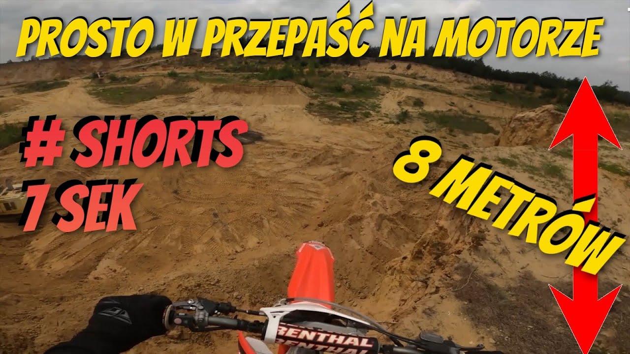 Prosto w PRZEPAŚĆ na motorze z 8 metrów #Shorts