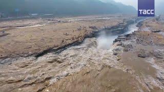 Бурные воды водопада Хукоу — воздушная съемка